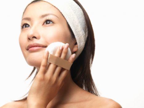 Sıkıştırılmış pudra:  Sıkıştırılmış pudralar hafif ve kolay bir kullanıma sahip olmaksından dolayı çantanızda taşımanız için idealdir. Ürünlerin çoğu kendi süngerleriyle birlikte satılmaktadır. Ancak bir fırça yardımıyla uyglarsanız daha iyi bir sonuç aldığınızı göreceksiniz.   Eğer süngeriyle kullanmayı tercih ediyorsanız hafif dokunuşlarla kullanın ve süngeri sık sık yıkayın. Aksi takdirde cildinizdeki yağları pudraya geçirerek pudranın tooplanmasına neden olabilirsiniz.